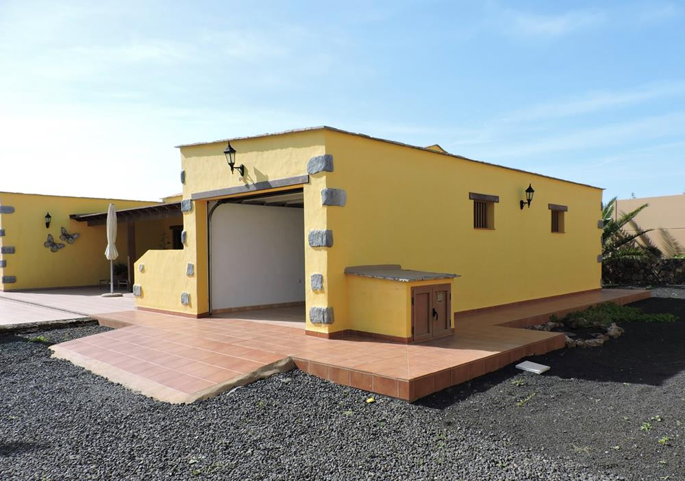 Detached villa with pool for sale in lajares fuerteventura for Detached garage pool house