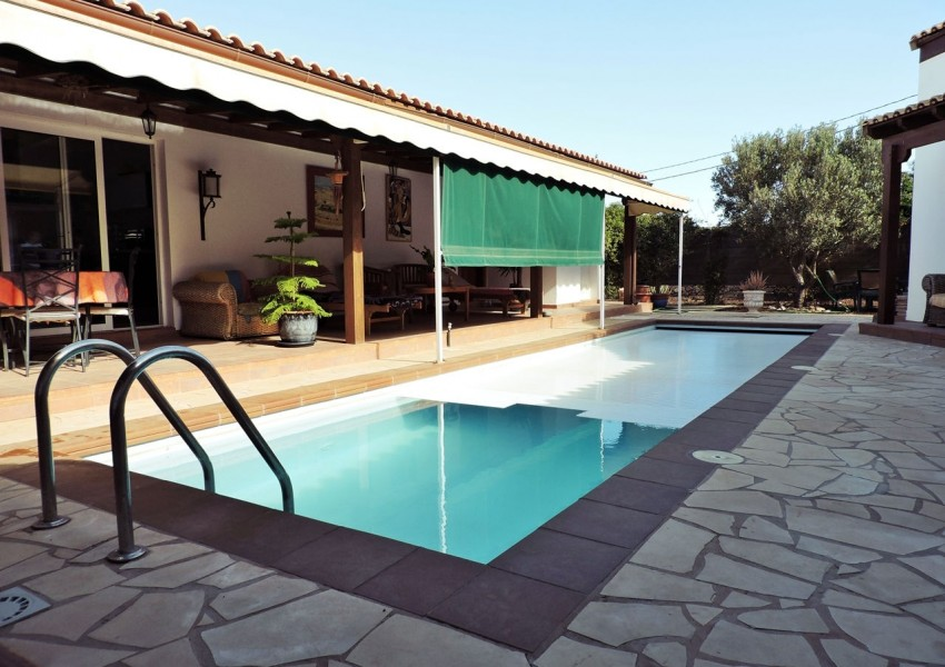 Triquivijate | U-Shaped Villa with pool in the middle